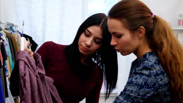 Cliente-mujer-pensando-qué-vestir-compras