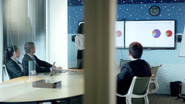 Mujer-hace-presentación-de-grupo-de-empresarios-en-la-sala-de-conferencias-
