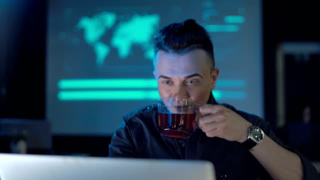 Programador-sobre-ruedas-tomando-café