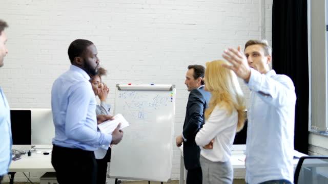 Grupo-de-empresarios-reunidos-en-la-sala-de-juntas-empresarios-equipo-Brainstorming-en-oficina