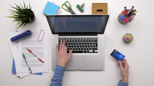 Vista-aérea-superior-de-empresaria-usando-Laptop-y-tarjeta-de-crédito