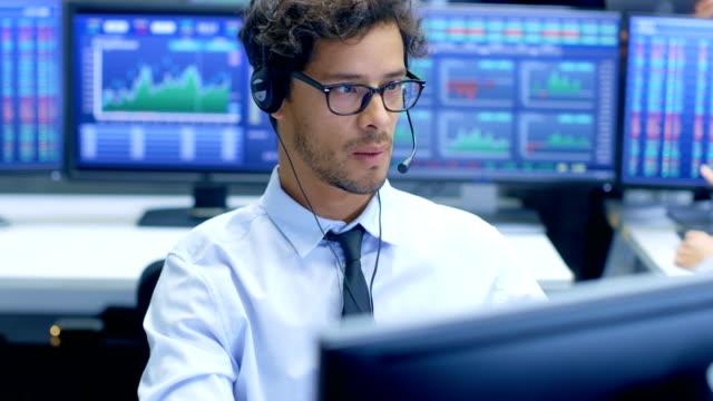 Representante-de-servicio-de-soporte-al-cliente-habla-con-un-cliente-a-través-de-auriculares-Trabaja-en-una-gran-empresa-de-consultoría-técnica-