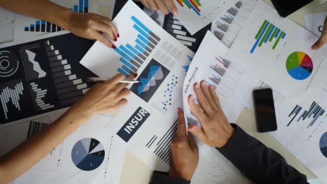 Geschäftsleute-in-Konflikt-Problem-im-Team-zusammen-zu-arbeiten-Geschäftsleute-und-ernsthaftes-Argument-Versammlung-am-Schreibtisch-Büro-