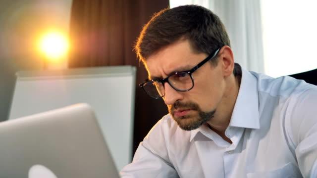 Un-rostro-barbudo-obispados-mientras-trabaja-