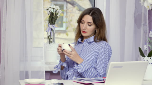 Stylish-woman-drinks-coffee-in-the-pause