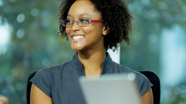 Empresaria-afroamericana-principal-reunión-de-negocios-en-la-sala-de-juntas