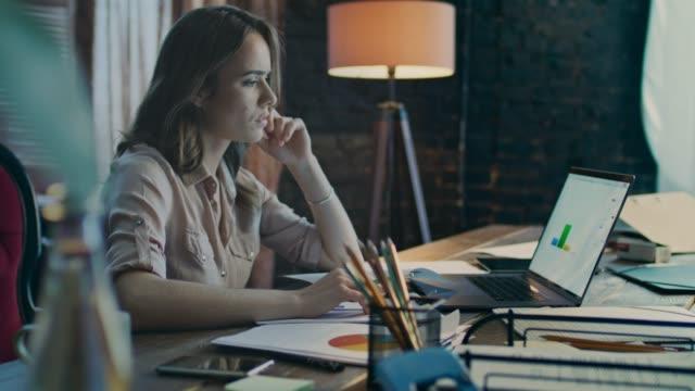 Mujer-de-pensativo-negocios-trabajando-en-ordenador-portátil-Trabajo-de-proceso-de-negocio