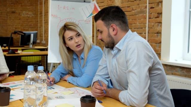 Business-team-beteiligten-diverse-Leute-treffen-die-Teilnahme-an-nachhaltige-Ideen-Steadicam-Schuß-über-Sitzungssaal-Tabelle-geteilt-Arbeitsraum