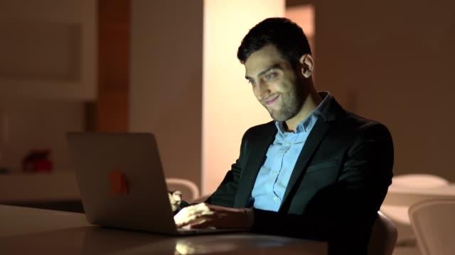 Hombre-de-negocios-trabajando-tarde-en-la-computadora-portátil