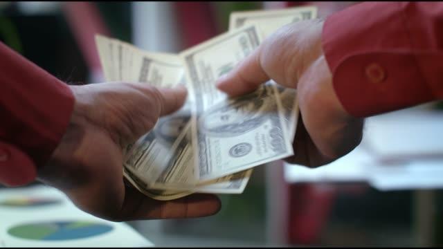 POV-Ansicht-der-männlichen-Hände-zählen-Geld-Bar-in-Bankstelle
