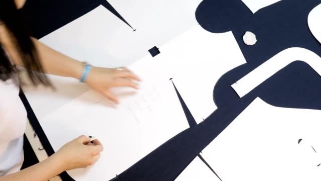 mujer-en-el-trabajo-como-modista-y-sastre-Diseñadora-de-moda-trabajando-en-la-mesa-cierre-para-arriba
