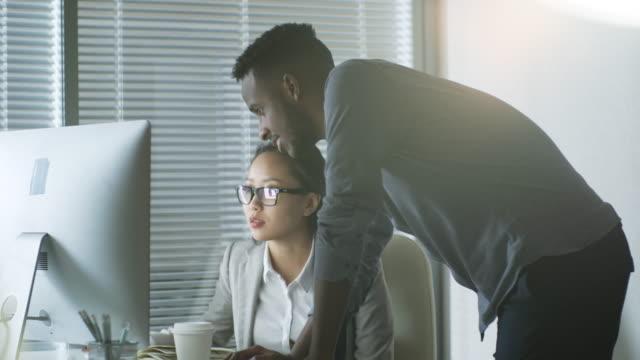 Multi-ethnischen-Kollegen-arbeiten-im-Büro
