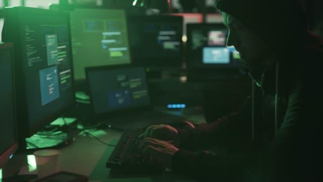 Hacker-de-sombrero-negro-trabajando-en-el-sótano-por-la-noche