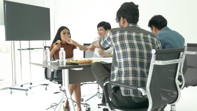 Geschäftsleute-Pizza-Essen-ist-Pausenzeit-und-Meeting-Team-für-Success-Projekt-zusammen-Konzept-der-Teamarbeit-Entspannung-kreative-Arbeiten-und-Idee-