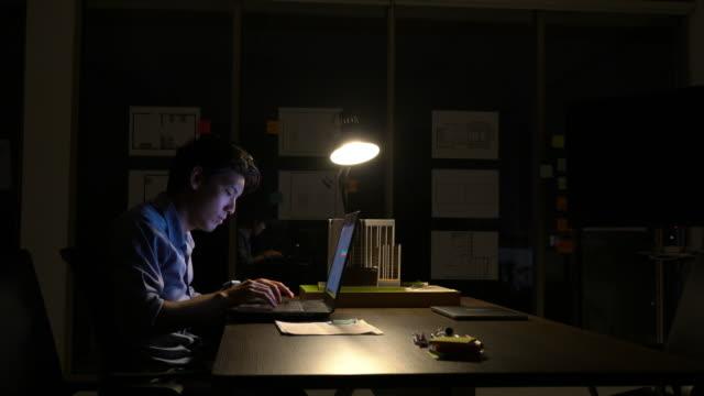 Mitarbeiter-der-Mensch-hart-arbeiten-mit-Laptop-bis-spät-in-die-Nacht-im-Büro-Geschäftsleute-Überstunden-Konzept-der-Entspannung-ist-nicht-genug-