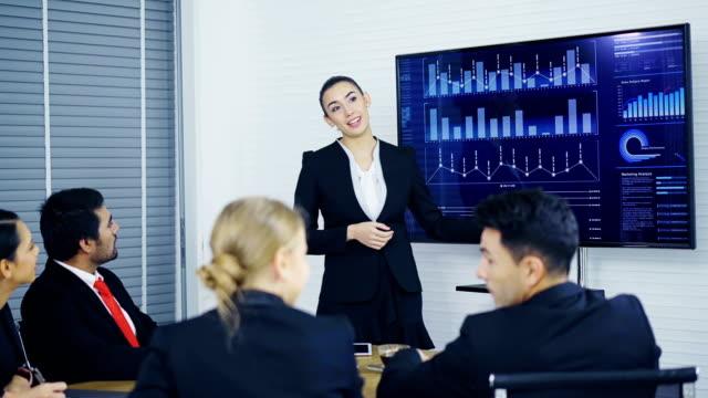 Análisis-marketing-empresaria-joven-con-gráfico-en-pantalla-grande