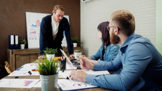Reunión-de-equipo-de-negocios