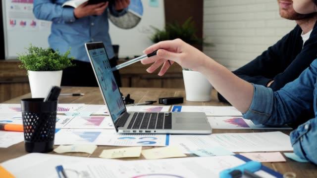 Team-von-jungen-Managern-Datenanalyse-mit-Computer-im-Büro