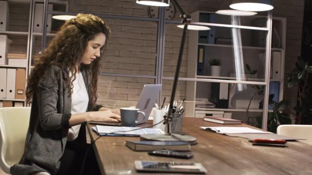 Junge-weibliche-Workaholic-Nacht-auf-Laptop-eintippen