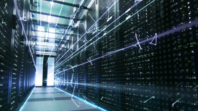 Concepto-de-cine-de:-activación-de-centro-de-datos-Animación-digitalización-de-la-información-triángulos-interconectados-de-líneas-de-energía-de-volar-a-través-de-servidores-de-Rack-