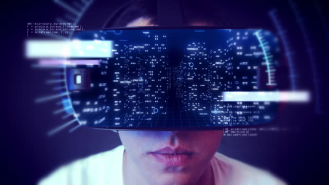 Junger-Mann-VR-Kopfhörer-tragen-und-beobachtete-Unternehmen-im-Zusammenhang-mit-Grafiken-