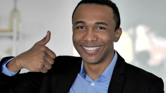 Daumen-hoch-von-lässig-afroamerikanischer-Geschäftsmann-Blick-in-die-Kamera