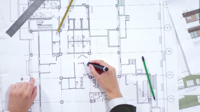 Hände-von-professionellen-Architekten-Zeichnung-Grundriss