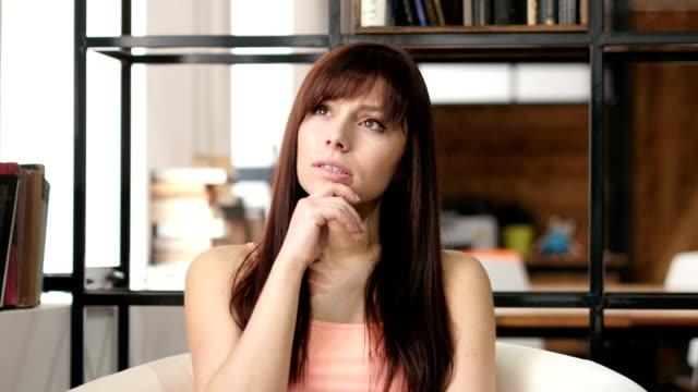 Pensamiento-joven-interior-oficina