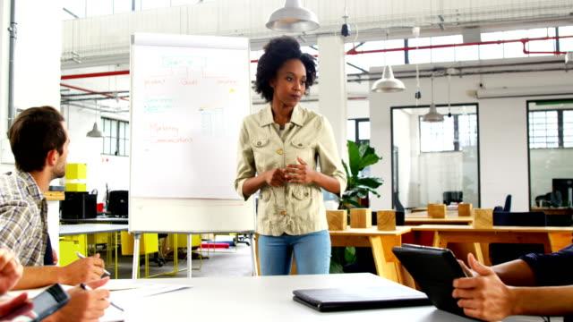 Ejecutivos-discutiendo-durante-la-reunión