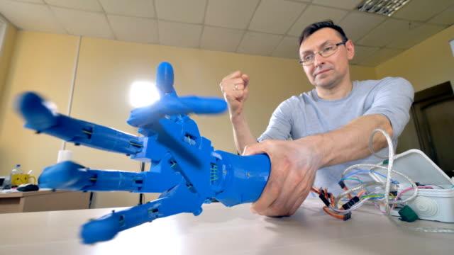 Un-brazo-robótico-conectado-a-ordenador-portátil-con-muchos-alambres-