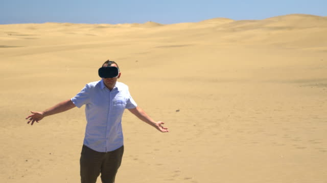 Video-of-man-exploring-virtual-reality-on-the-desert-in-4k