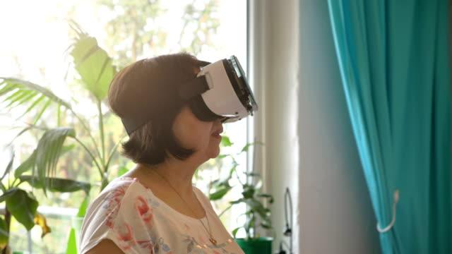 Video-of-senior-woman-exploring-virtual-reality-in-4k