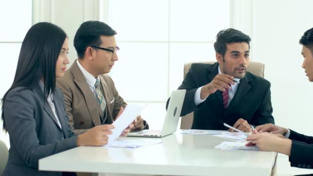 El-director-ejecutivo-ha-perturbado-en-la-reunión
