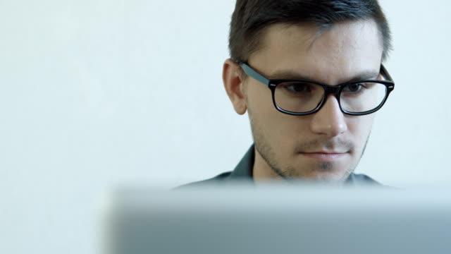 Junger-Mann-Arbeiten-auf-einem-computer