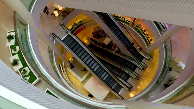 Time-lapse-of-people-on-an-escalator