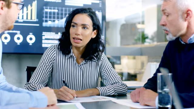 Grupo-de-trabajo-de-personas-de-negocios-inteligentes-y-respetables-en-la-solución-de-un-problema-en-la-sala-de-reuniones-Grupo-diverso-de-origen-étnico-mixto-y-género-explorar-el-potencial-para-el-desarrollo-futuro-de-la-empresa-