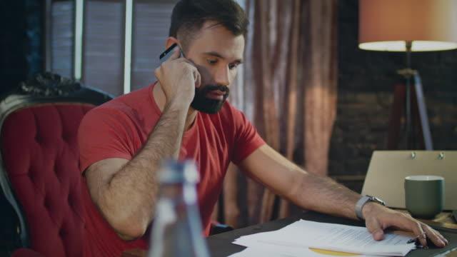 Junges-Unternehmen-Mann-schlechte-Neuigkeiten-telefonieren-im-home-Office-am-Abend