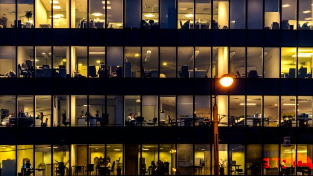 trabajadores-de-la-oficina-creativa-durante-la-operación-y-al-final-de-la-jornada-de-trabajo-lapso-de-tiempo