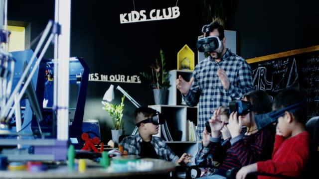 Niños-con-el-maestro-explorando-la-tecnología-VR