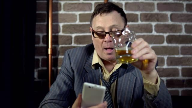 Geschäftsmann-mit-Telefon-und-trinken-Alkohol-drinnen-mit-Mauer-