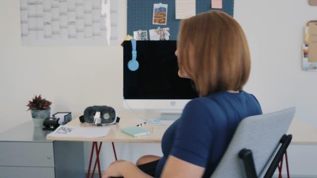 Glücklich-Berufstätige-werdende-Mutter-im-Büro
