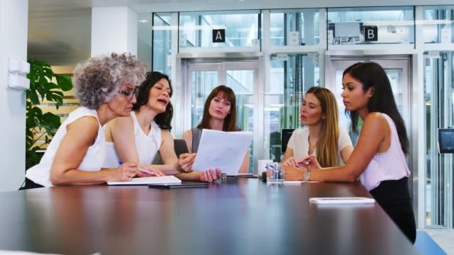 Weiblichen-Mitarbeiter-diskutieren-Strategie-bei-Geschäftstreffen