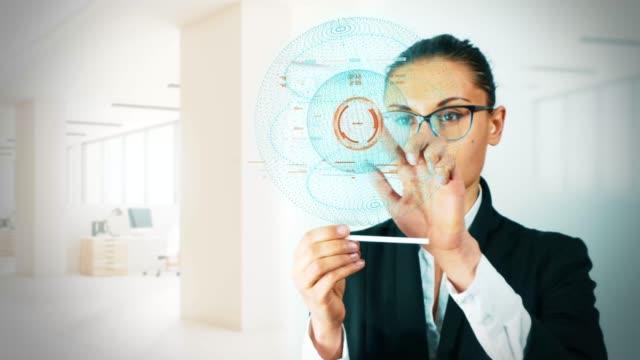 Frau-einen-Bildschirm-zu-berühren-Futuristische-Hologramic-Technologie