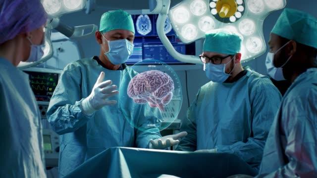 Chirurgen-operieren-Gehirn-mittels-Augmented-Reality-animierte-3D-Gehirn-High-Tech-technologisch-Krankenhaus-Futuristisches-Design-