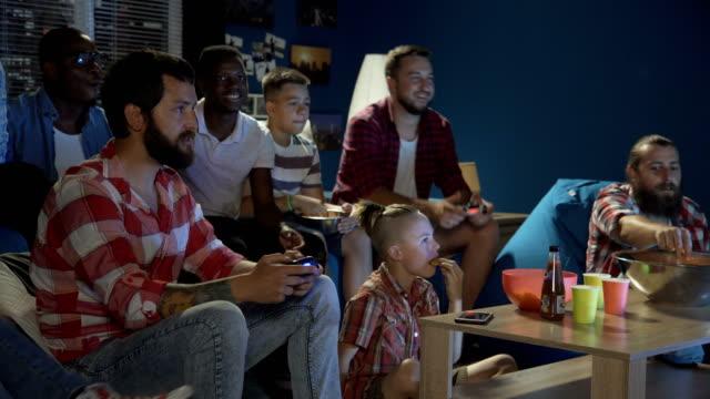 Diversas-personas-entretenidas-con-videojuegos
