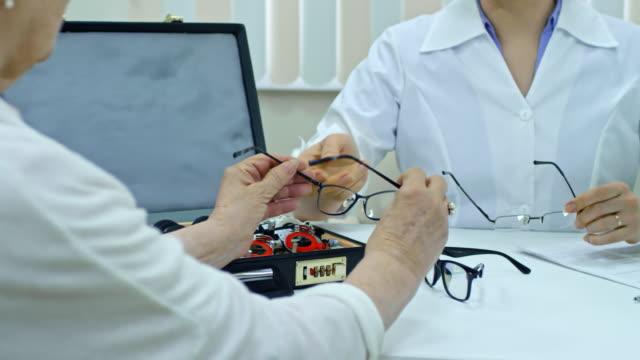 Elegir-gafas-nuevas-con-la-ayuda-del-médico-de-la-mujer