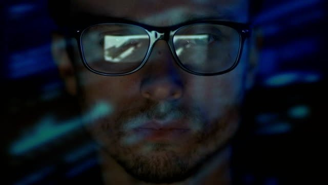 Der-schwere-Mann-in-Gläsern-arbeiten-Abend-Nacht