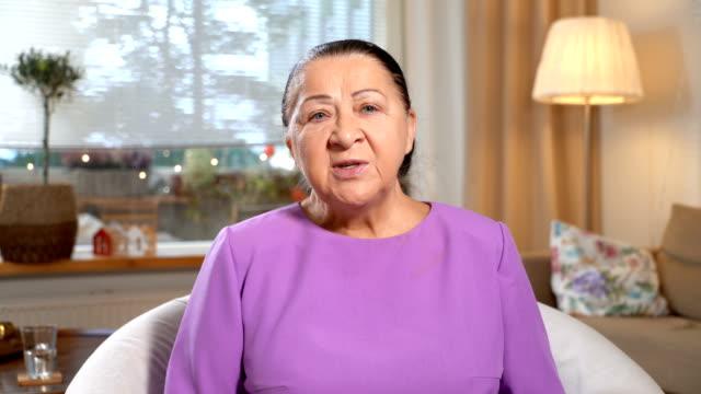 Medicina-en-línea-Anciana-consultar-con-su-médico-utilizando-el-chat-de-video-en-casa