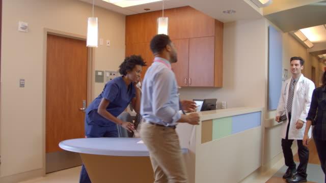 Medizinisches-Personal-im-geschäftigen-Krankenschwestern-Station-im-Krankenhaus-aufgenommen-auf-R3D