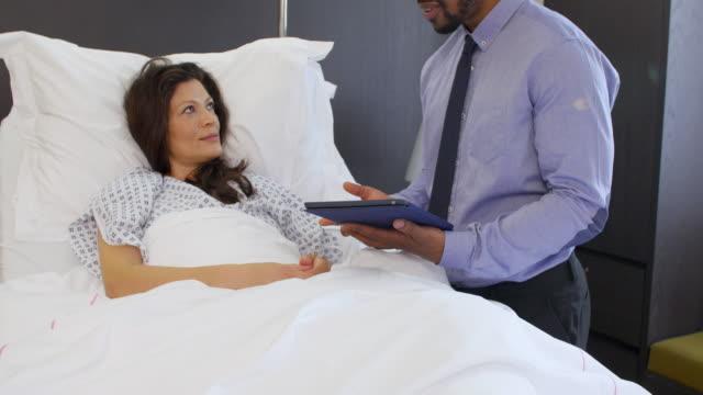 Paciente-y-médico-en-Hospital-habitaciones-tienen-la-consulta